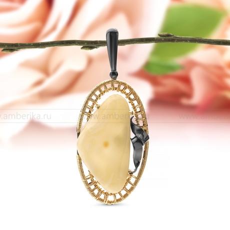 Кулон из серебра, украшенный янтарем цвета слоновой кости