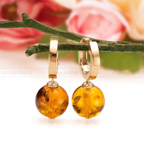 Золотые серьги, украшенные природным янтарем