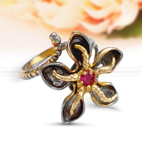 Кольцо из черненого и золоченого серебра с красным фианитом