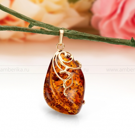 Кулон из золота 585 пробы, украшенный природным янтарем.