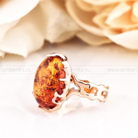Кольцо из золота 585 пробы, украшенное природным балтийским янтарем.