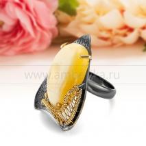 Кольцо из серебра 925 пробы с природным янтарем цвета слоновой кости
